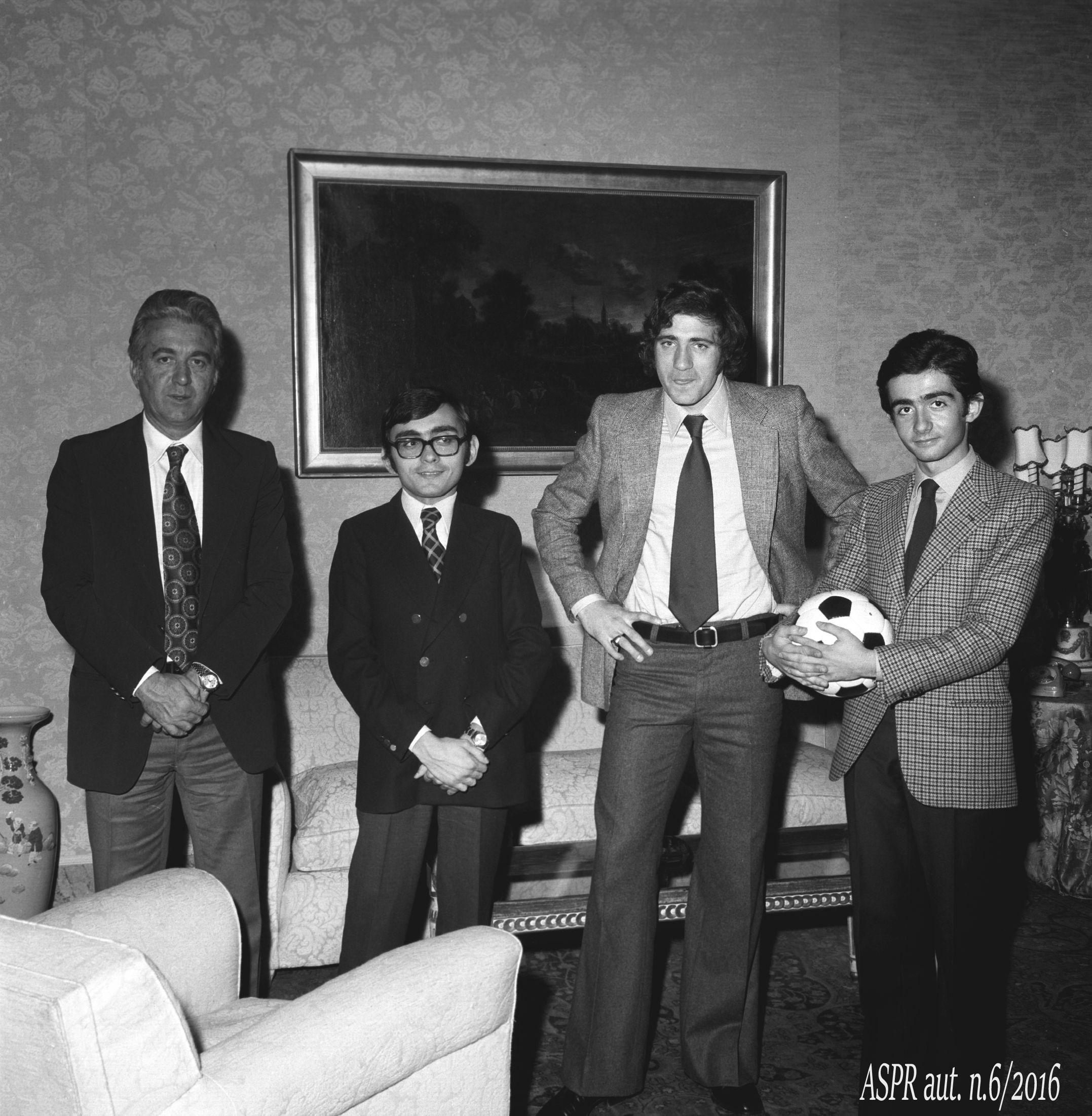 Quirinale 29 gennaio 1974 - Figli Pres. Leone con Maestrelli e Chinaglia (ASPR archivio fotografico settennato Leone foton.2)