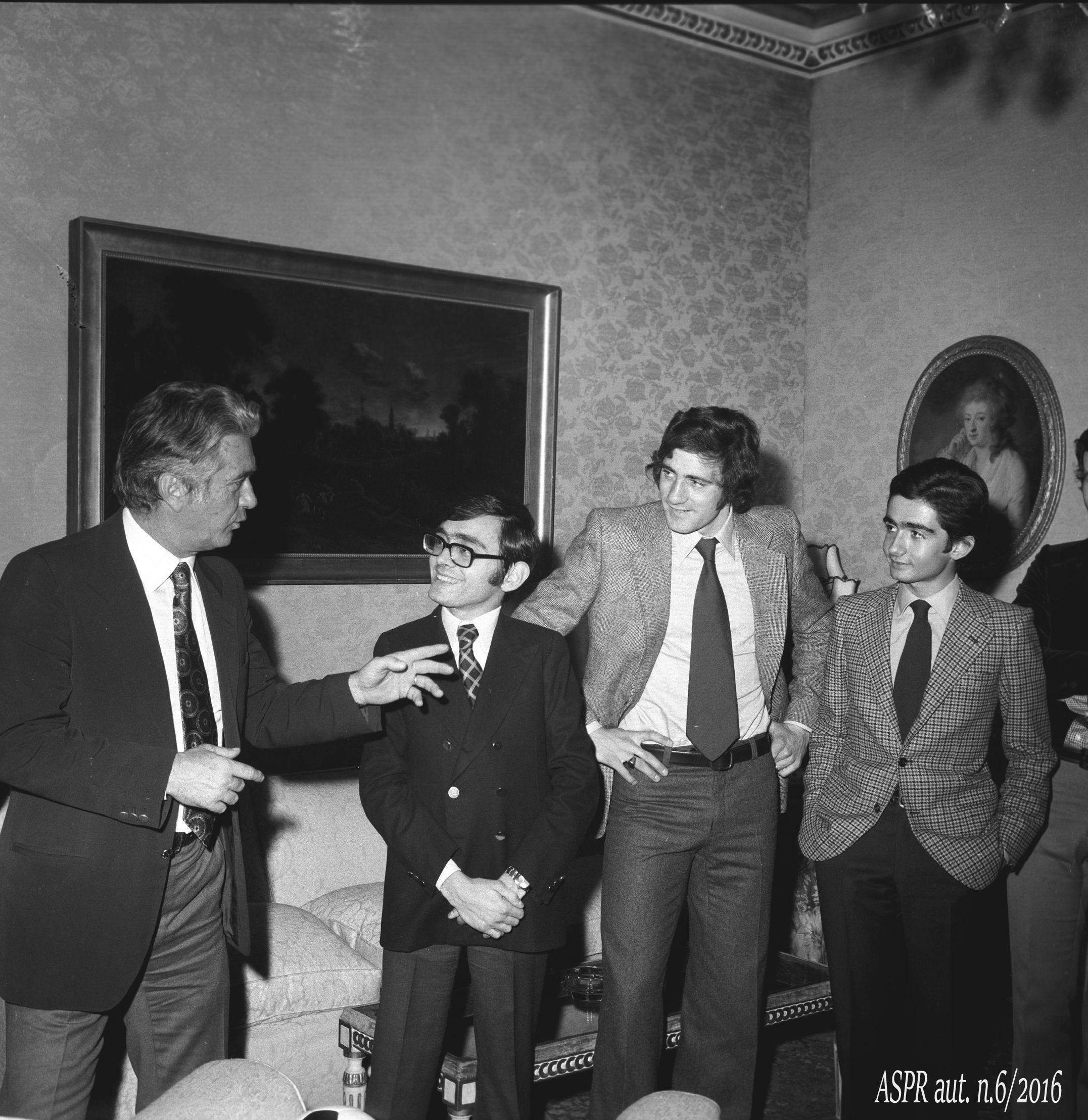 Quirinale 29 gennaio 1974 - Figli Pres. Leone con Maestrelli e Chinaglia(ASPR archivio fotografico settennato Leone foton.1)